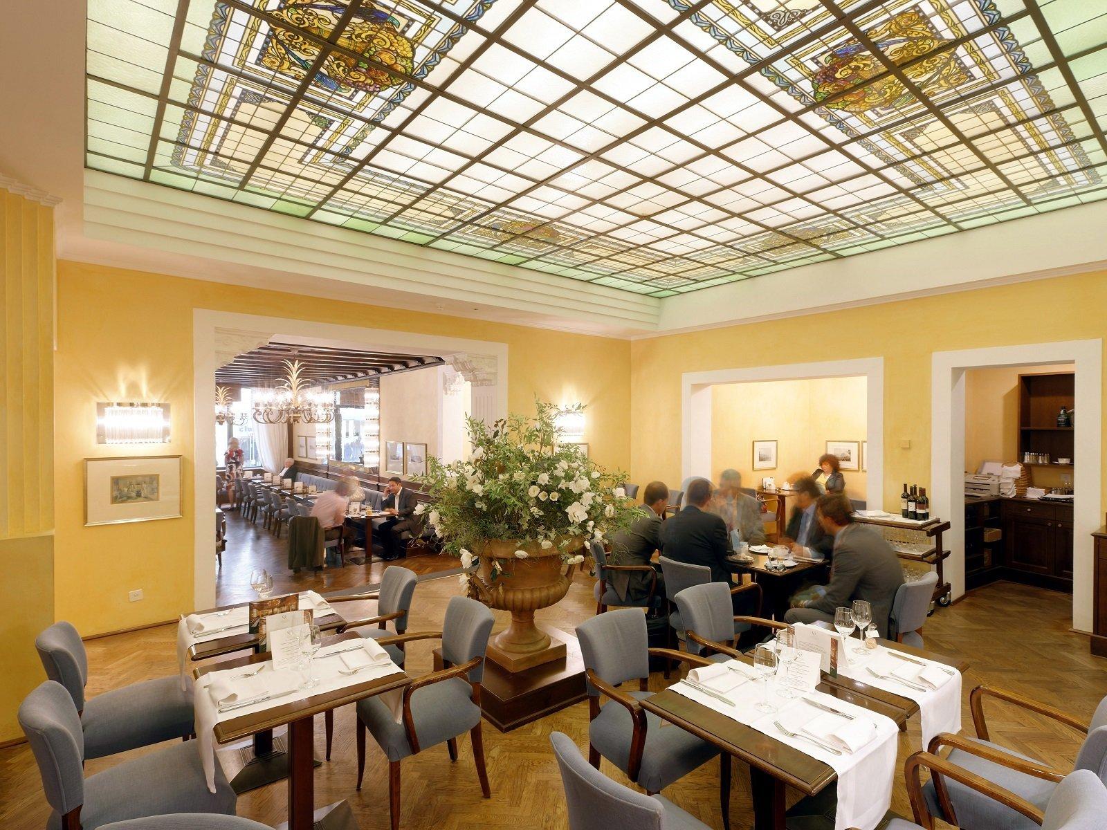 Il Ristorante Grand Café Al Porto con il soffitto in vetro molato stile Liberty