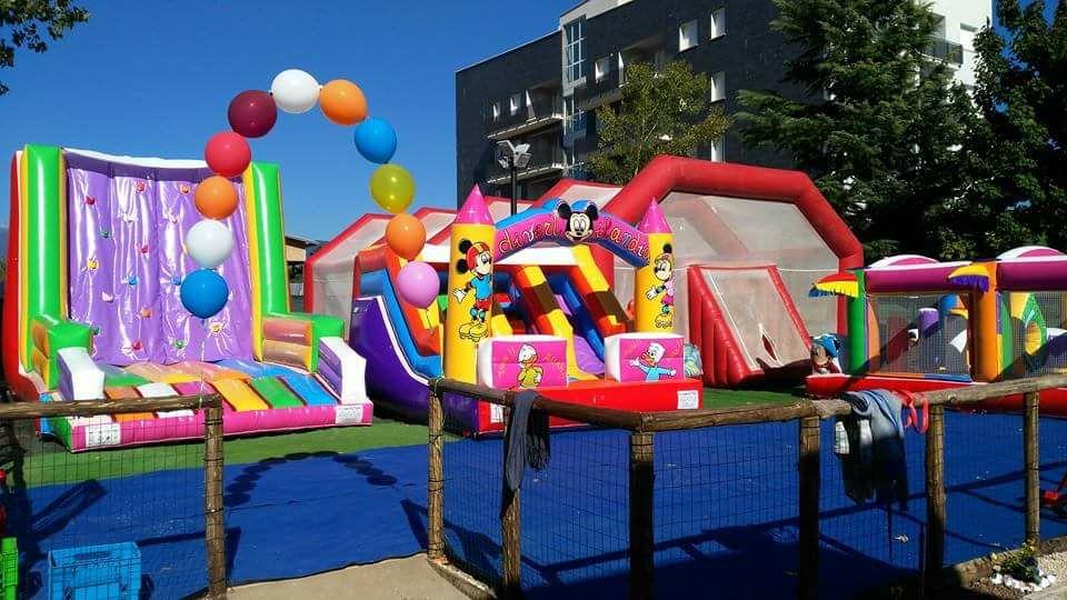 vista esterna di parco giochi per bambini
