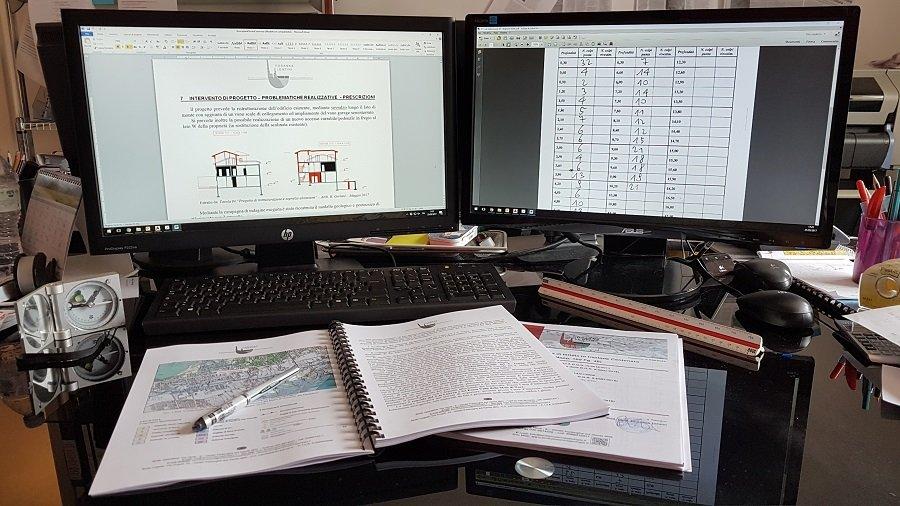 Computer e fogli stampati rilegati