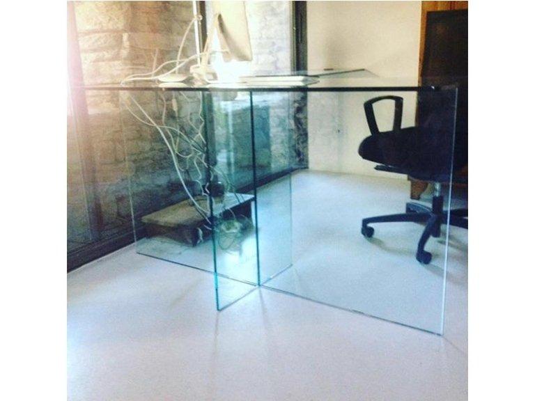 Tavolo 12 mm temperato con base in vetro.