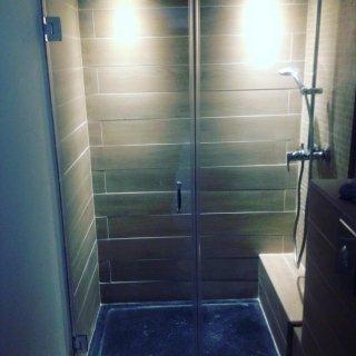 Box doccia con anta lineare e cerniere a muro
