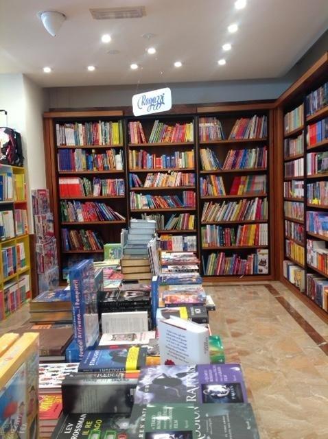 Vista interna della libreria con libri