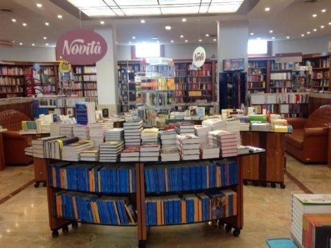 primo piano di quaderni all'interno della libreria