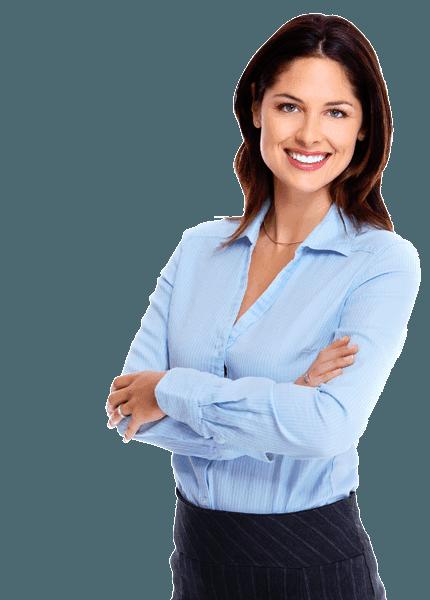 donna sorridente con le braccia conserte indossa una camicia azzurro chiaro