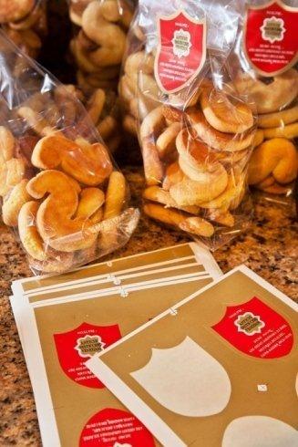 Biscotti artigianali confezionati in sacchetti con il logo della pasticceria
