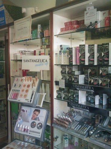 vetrina della farmacia con farmaci esposti