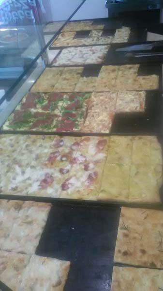 Primo piano di delle pizze in delle vetrine