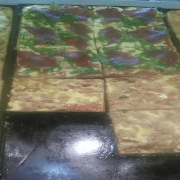primo piano di delle pizze in una teca
