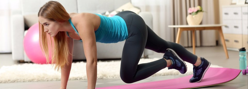 una ragazza bionda che si allena a casa