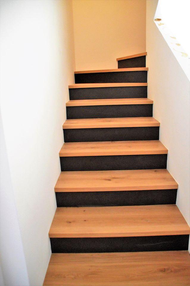 Parete bianca, scale di legno