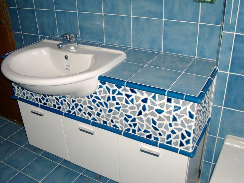 Lavabo, pareti di piastrelle blu, originale mobile di progettazione in bianco e blu