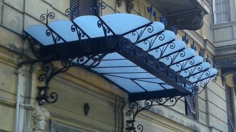 tettoia in ferro battuto decorata