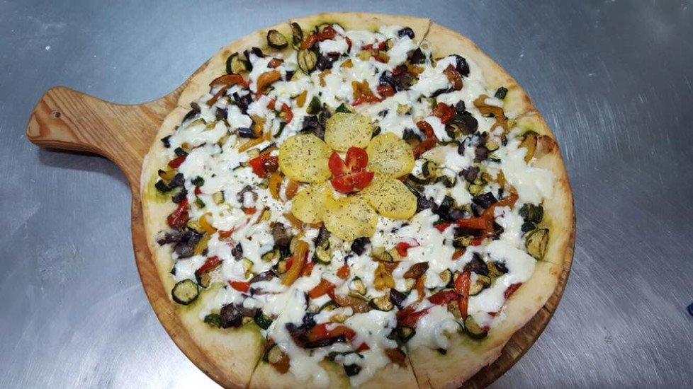 Pizza con patate mozzarella funghi e peperoni