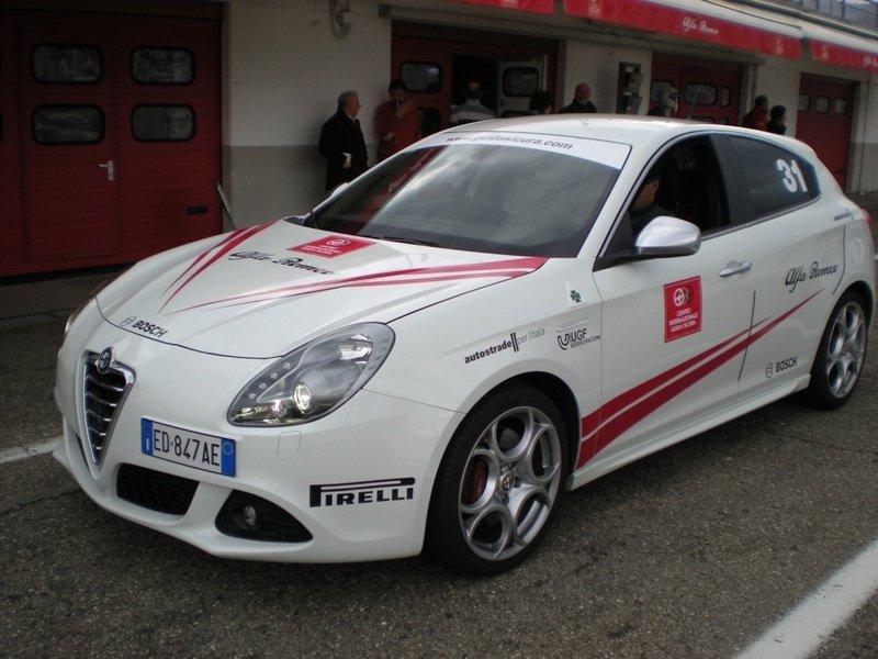 Auto sportiva bianca con design rossi