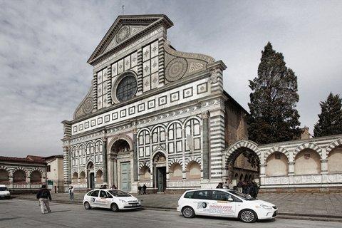 Macchine aziendali di Francesco Gomme su sfondo di edifici storici di Firenze