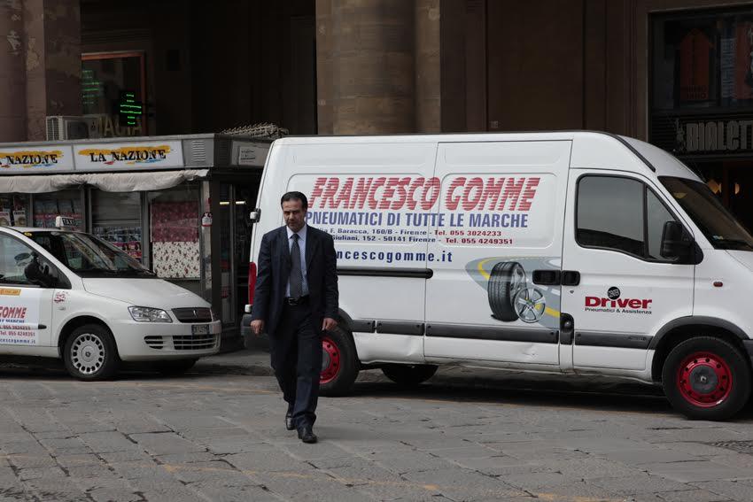auto Francesco Gomme parcheggiata su strada