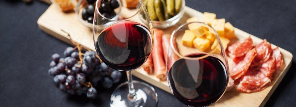 aperitivo con vino rosso