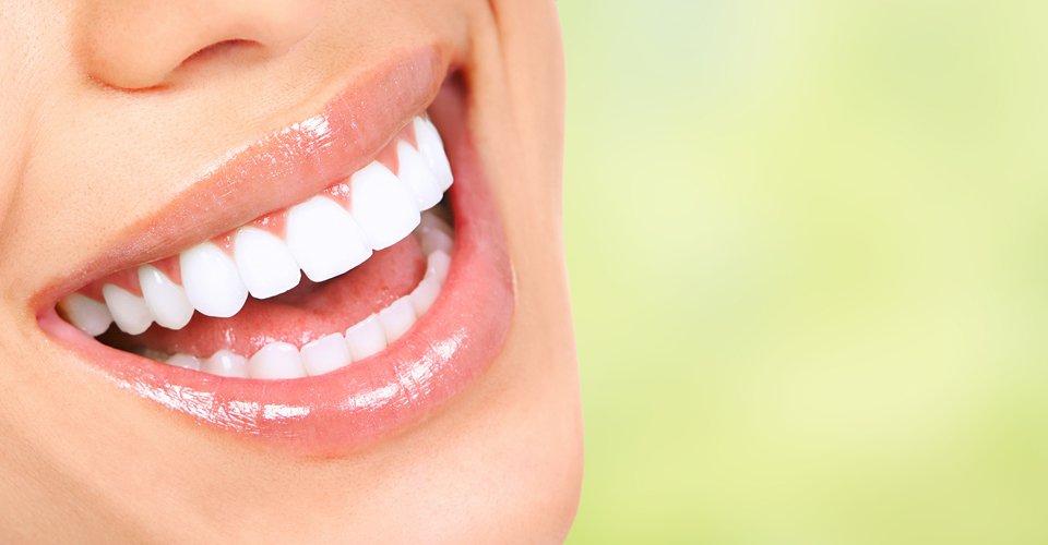 bocca sorridente di una donna con i denti bianchi