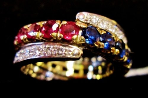 anello intrecciato in oro giallo e brillanti colorati