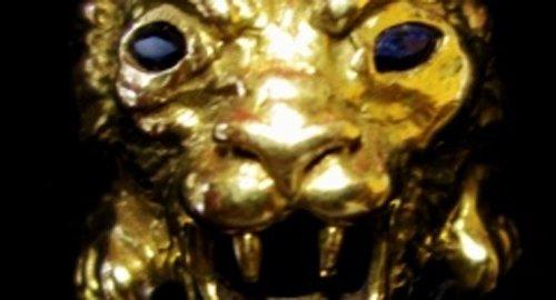 Dettaglio di un gioiello a forma di testa di leone