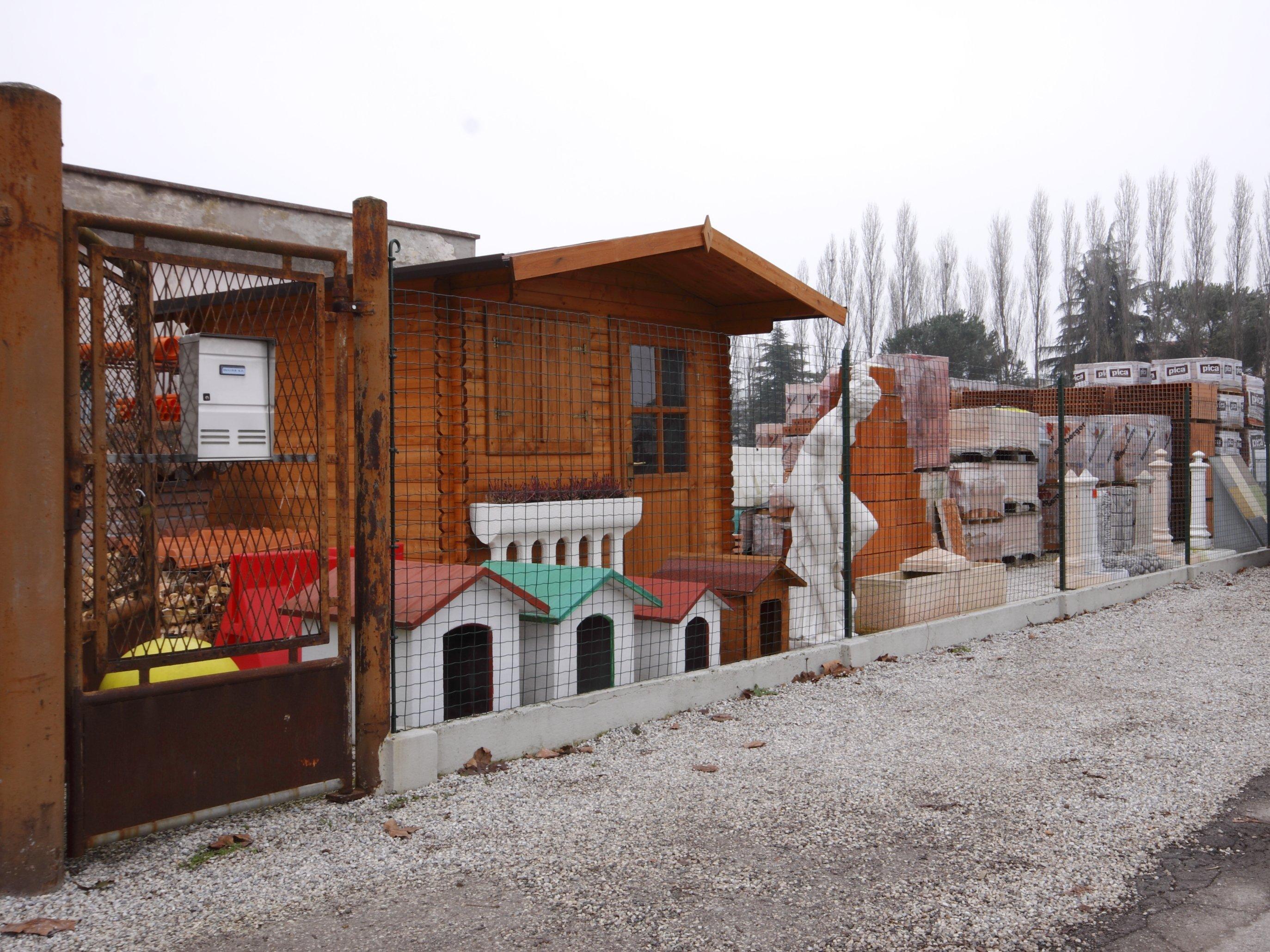 una casetta in legno e cucce per cani