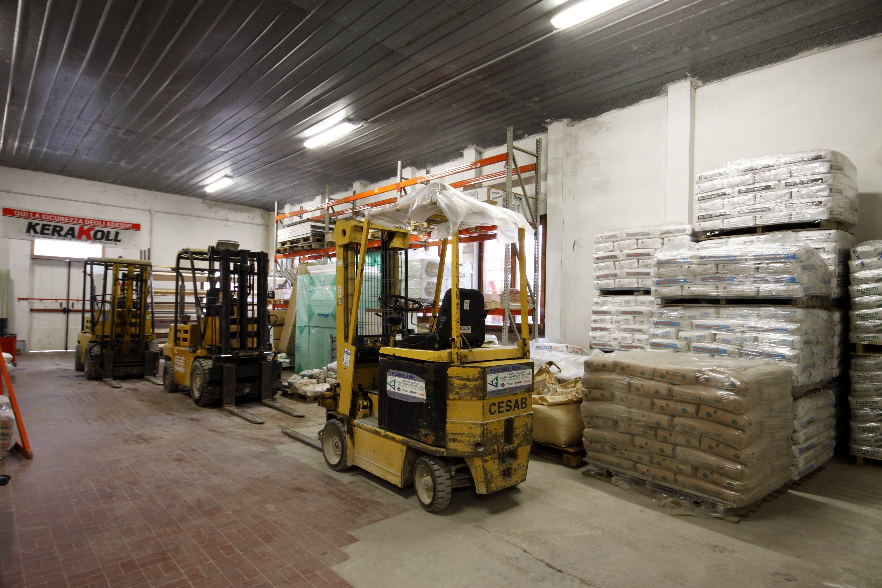 magazzino con materiali e macchinari edili