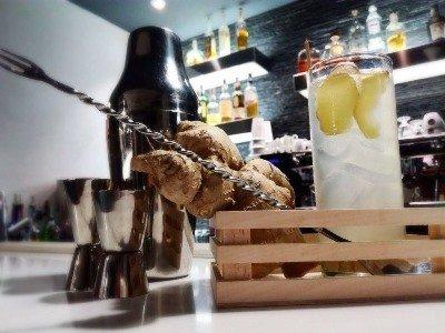 una lunga forchetta e un bicchiere con un cocktail