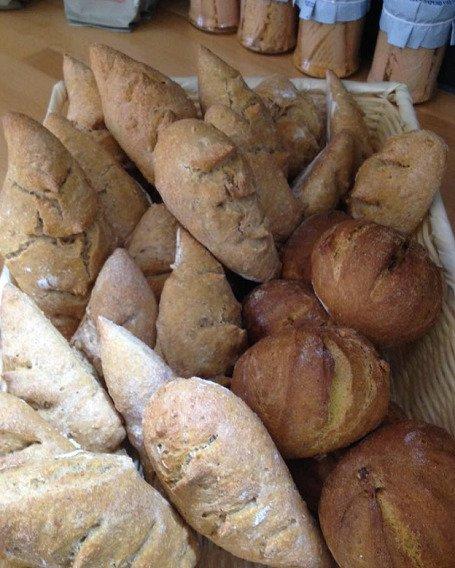 Hogaza di pane con varie rebanadas tagliate insieme a circa le pannocchie di frumento