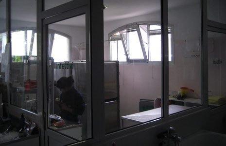 vista attraverso una vetrata di una donna seduta