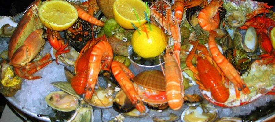 dei granchi, gamberi, scampi, e molluschi freschi