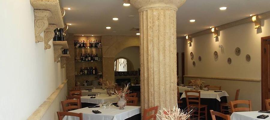 interno di un ristorante con delle luci accese