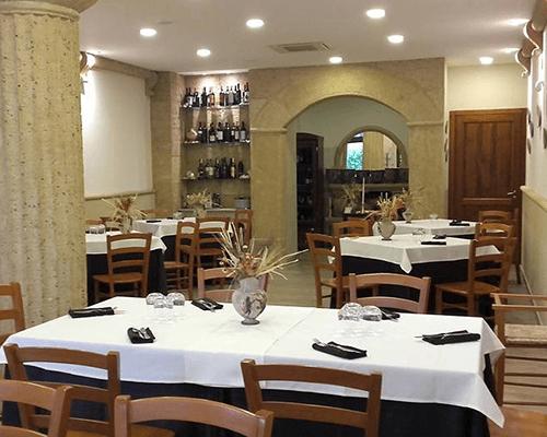 interno di un ristorante con dei tavoli e l'angolo enoteca