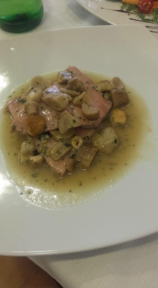 un piatto di filetto di pesce con funghi e patate