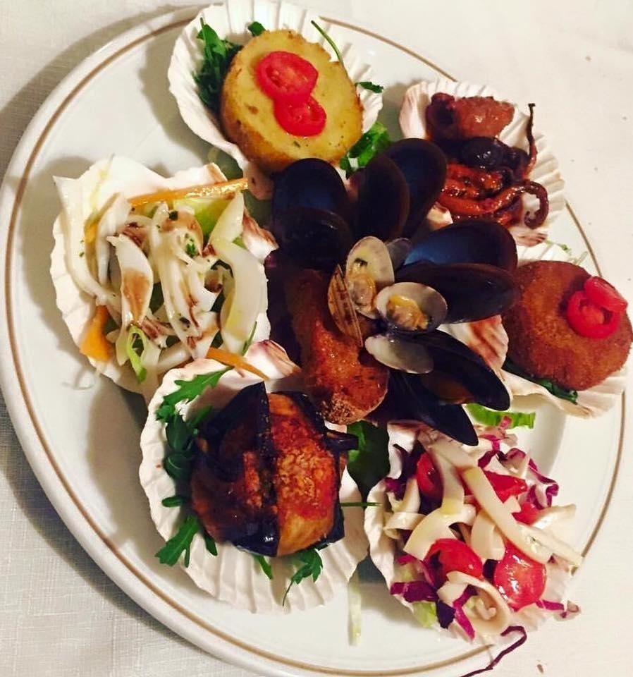 un piatto di cozze, vongole e altro pesce