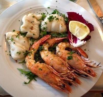 un piatto di calamari e gamberi grigliati