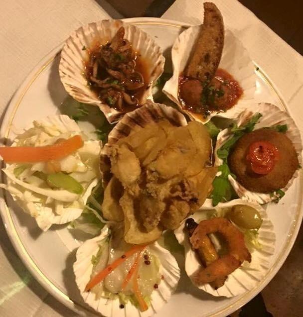 un piatto misto del pesce fritto