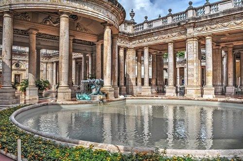 immagini di terme con fontana e colonnato