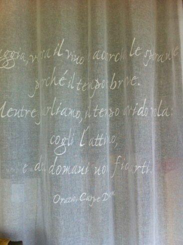 tenda con scritta ricamata