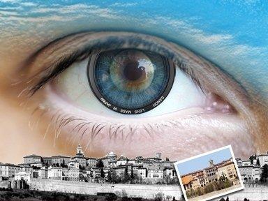 Foto artistica di un occhio con un obiettivo al posto dell'iride