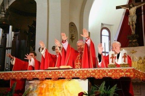 Foto di una cerimonia religiosa in chiesa