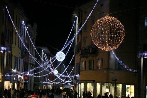 Foto di una città con luminarie notturne