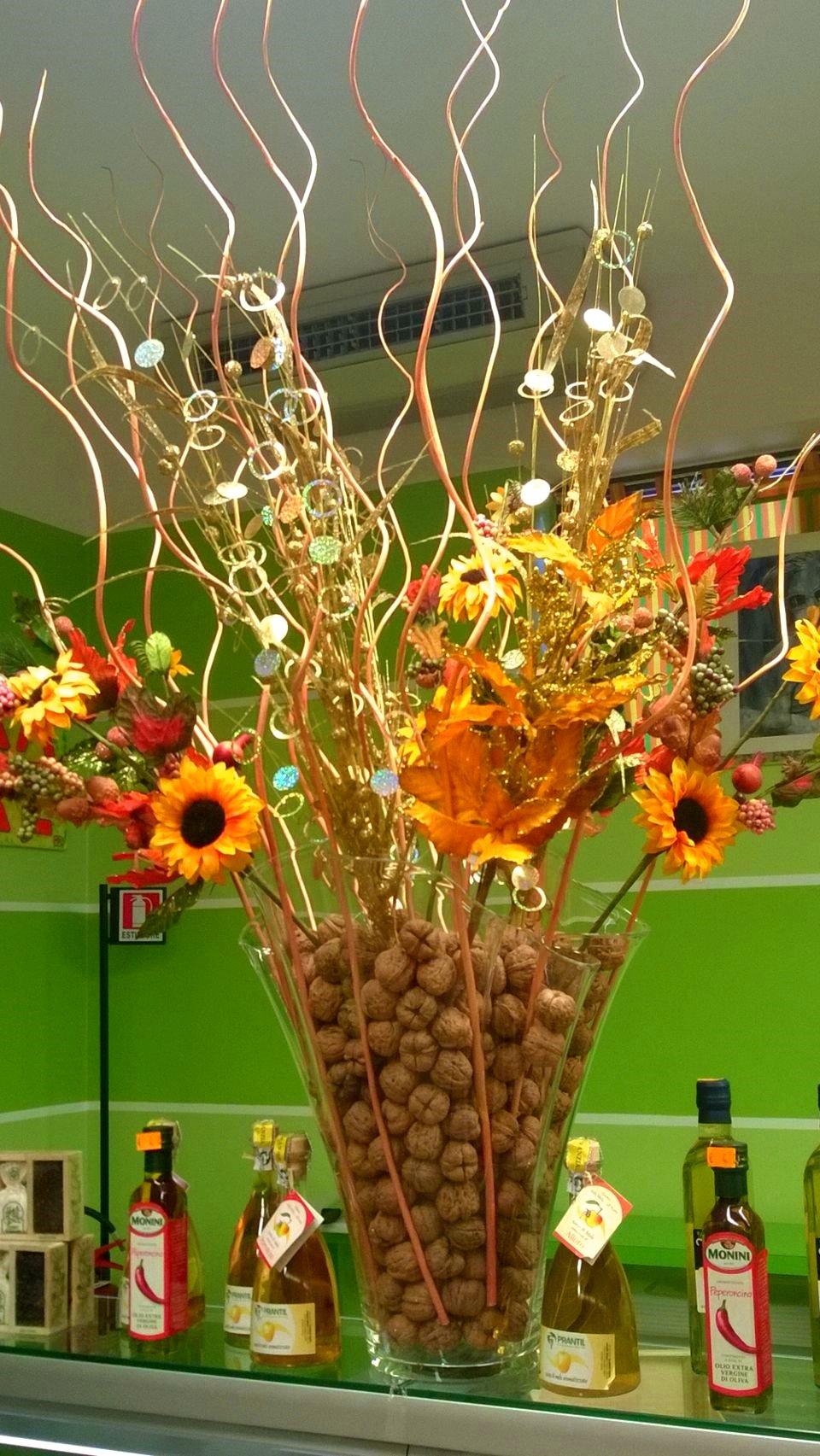 dei fiori in un vaso di noci