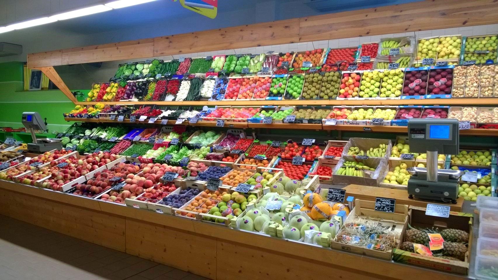 un banco di frutta e verdura