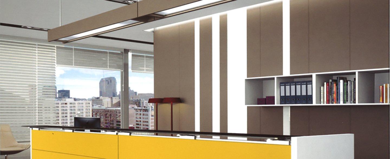 un ufficio con mobili e scaffalature in legno