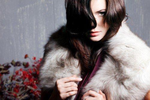 Modella che indossa una pelliccia bianca