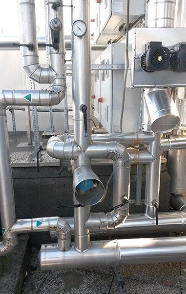 dei tubi di un impianto e un manometro