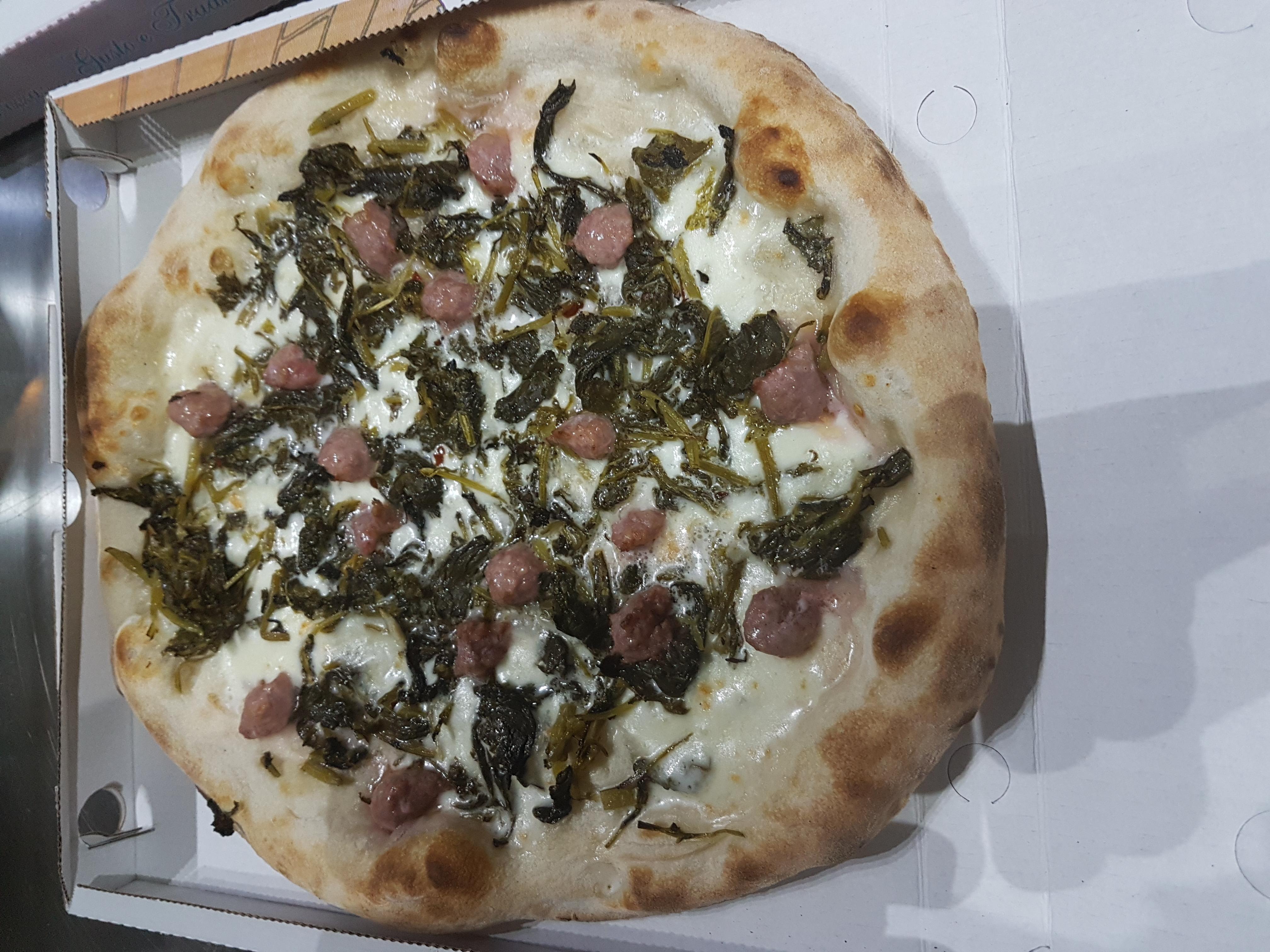 Pizza salsiccia e friarielli a cornicione alto