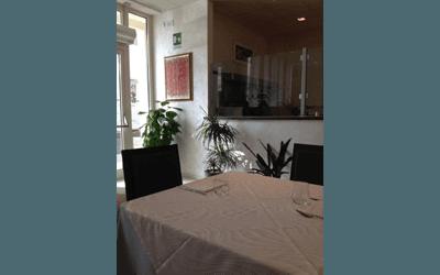 Dettaglio di un tavolo apparecchiato nel ristorante