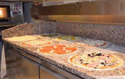Pizze prima di essere infornate
