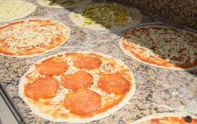Pizza al salame prima della cottura